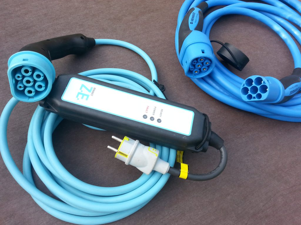 Diese Kabel ermöglichen das Aufladen an Haushaltsteckdosen, sowie genormten Typ2-Ladestationen.