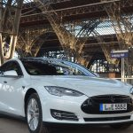 Tesla-Fahrzeug im Leipziger Hauptbahnhof