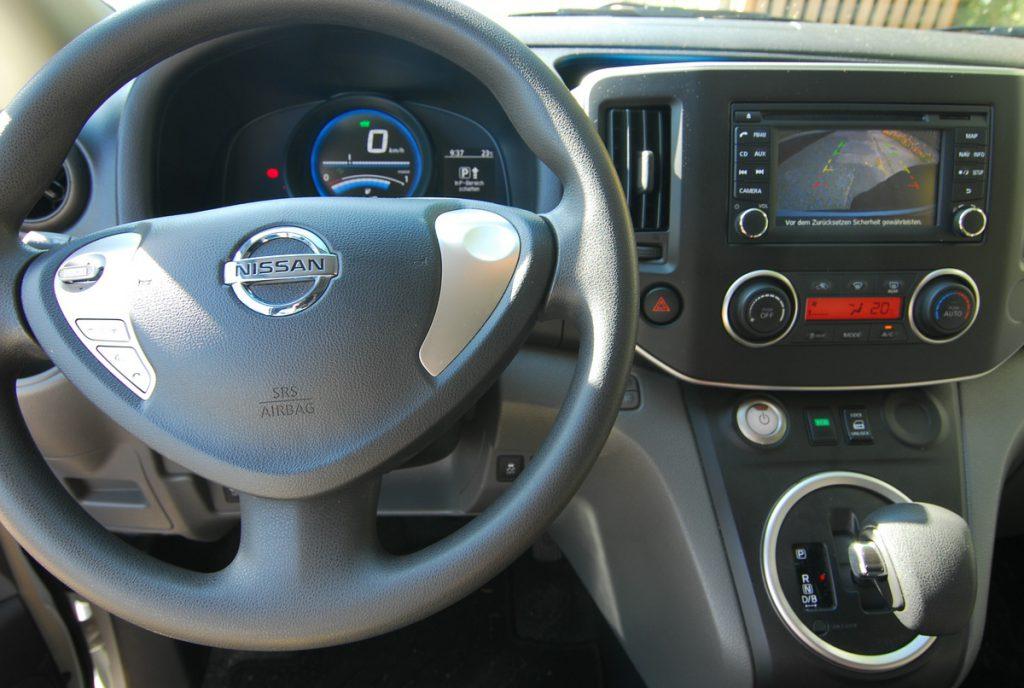 comp1200_Nissan e-NV200 cocpit Elektroauto mieten Strominator