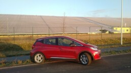 Strominator Opel Ampera-e karminrot driving sunshine