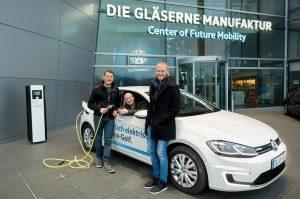 nextmove Startup ChargeX Team VW eGolf vor Gläserne Manufaktur Dresden www.nextmove.de
