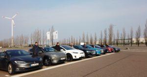 nextmove-Flotte mit Fahrern vor E-Auto-Vergleichsfahrt auf Autobahn