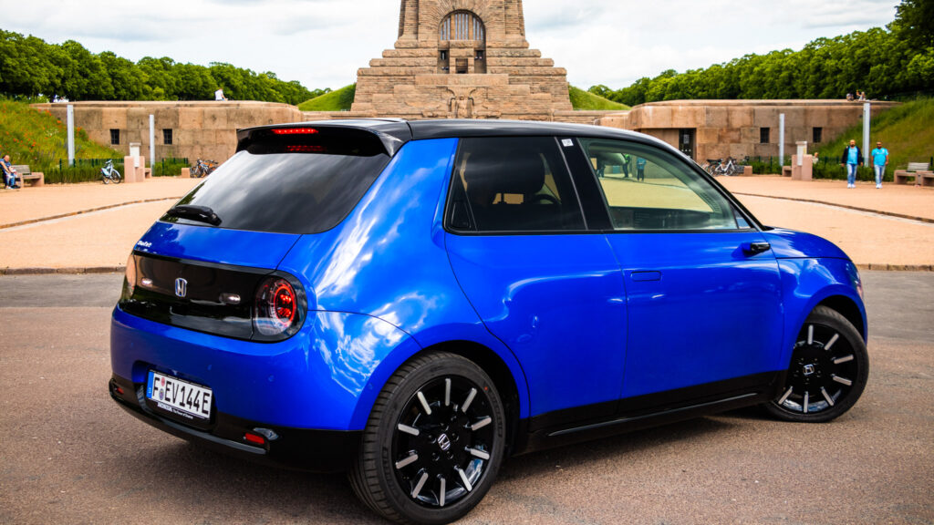 Honda-e Elektroauto blau in Leipzig