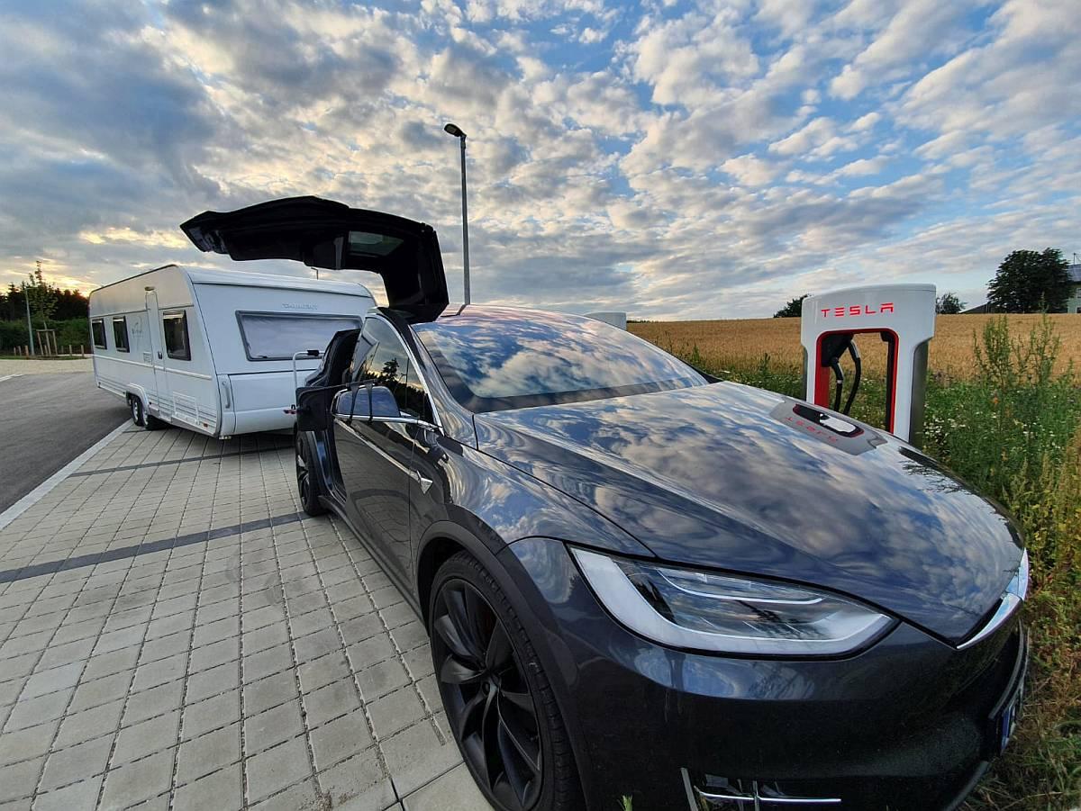 Tesla mit Anhänger nextmove