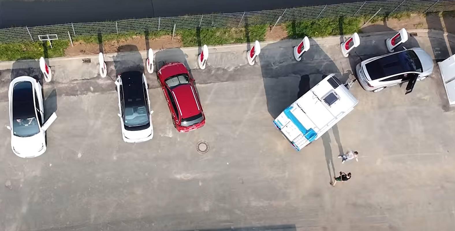 Tesla mit AHK Anhängerkupplung von oben